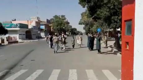 Des combattants talibans montent la garde à l'intersection de la route principale de la ville de Ghazni, en Afghanistan, dans cette capture d'écran tirée d'une vidéo publiée par les talibans le 12 août 2021.