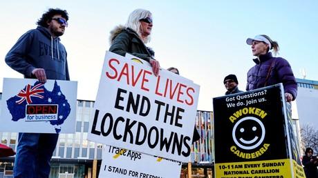 Des manifestants anti-confinement à Canberra le 12 août 2021, après l'annonce d'un confinement de sept jours.