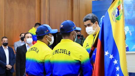 Le président vénézuélien Nicolas Maduro s'entretient avec deux athlètes qui ont remporté les médailles d'argent aux Jeux olympiques de Tokyo 2020, au palais de Miraflores à Caracas, Venezuela, le 10 août 2021. (illustration)