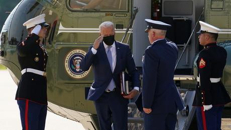 Joe Biden arrive dans le Delaware et salue des marines à sa descente de son hélicoptère le 12 août 2021