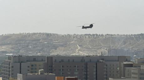 Un hélicoptère américain survole l'ambassade des Etats-Unis à Kaboul, le 15 août 2021.