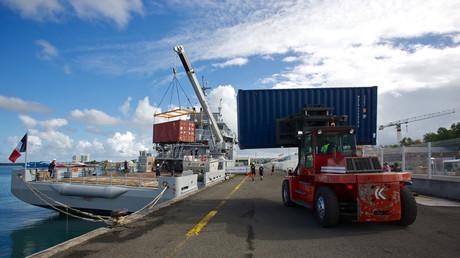 Un chariot élévateur transporte un conteneur sur le patrouilleur de la Marine française Dumont D'Urville dans le port de Point-à-Pitre, en Guadeloupe, le 18 avril 2020 (illustration).
