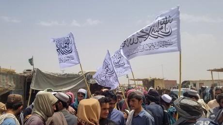 Des hommes avec le drapeau des Taliban entourent un détenu libéré de la prison de la ville afghane de Chaman, le 16 août 2021 (image d'illustration).