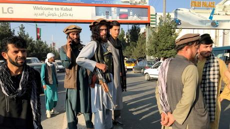 Un combattant taliban (au centre) à l'aéroport Hamid Karzai International de Kaboul, le 16 août 2021 (image d'illustration).