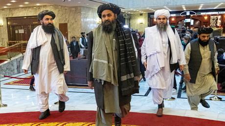 Le mollah Abdul Ghani Baradar, cofondateur et numéro 2 des Taliban (au centre), et d'autres membres de la délégation afghane lors d'une conférence de paix à Moscou en mars 2021 (image d'illustration).