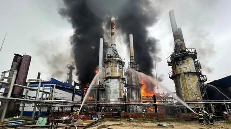 Cette photo publiée par le ministère russe des Situation d'urgence le 6 août 2021 montre des pompiers tentant de maîtriser l'incendie qui s'est déclaré dans une usine de gaz à condensat de Gazprom près de la ville de Novï  Ourengoï en Sibérie occidentale.