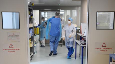 Des infirmières dans le couloir de l'unité de détresse respiratoire et d'infections sévères de l'Hôpital Nord à Marseille, le 2 février 2021 (illustration).