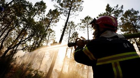 Un pompier éteint un incendie qui s'est déclaré à Vidauban, dans le Var, le 18 août 2021. (image d'illustration)