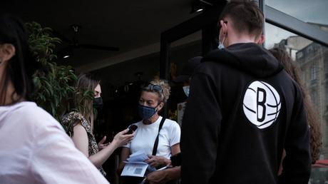 Une employée de restaurant vérifie les pass sanitaires des clients à Bordeaux, le 9 août 2021 (image d'illustration).