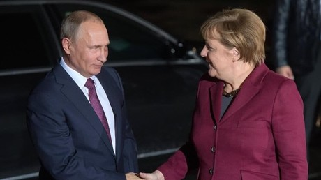 Le président russe Vladimir Poutine accueille la chancelière allemande Angela Merkel à Moscou, le 20 août 2021.