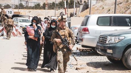Marine américain escortant des femmes afghanes à Kaboul, le 18 août 2021 (image d'illustration).