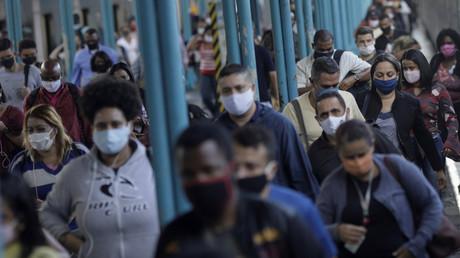 Un homme se fait vacciner cinq fois contre le Covid-19 au Brésil, les autorités ouvrent une enquête