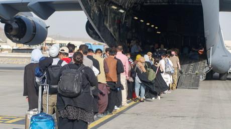 Evacuation à bord d'un C-17 Globemaster III à l'aéroport international Hamid Karzai, en Afghanistan, le 18 août 2021.