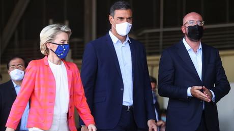 Ursula von der Leyen et Charles Michel entourant le Premier ministre espagnol Pedro Sanchez, le 21 août 2021 sur la base aérienne de Torrejon de Ardoz.