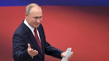 Vladimir Poutine est intervenu lors d'une réunion avec des membres du parti Russie unie à Moscou en marge de la célébration du Jour du drapeau, le 22 août 2021.