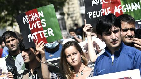 Des manifestants tiennent des banderoles lors d'un rassemblement de soutien à l'Afghanistan après la prise du pays par les Taliban, place de la République à Paris le 22 août.