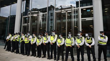 Des policiers forment un cordon devant le siège d'ITN à Londres, suite à l'intrusion de manifestants, le 23 août 2021.