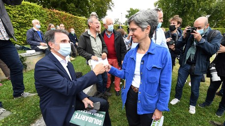 Le maire de Grenoble Eric Piollet (à droite) et l'ancienne porte-parole du parti vert EELV Sandrine Rousseau (à gauche), lors des Journées d'été d'EELV à Poitiers, le 19 août 2021 (image d'illustration).