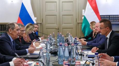 Les ministre russe et hongrois des Affaires étrangères Sergueï Lavrov (g.) et Peter Szijjarto lors d'entretiens à Budapest (Hongrie), le 24 août 2021.