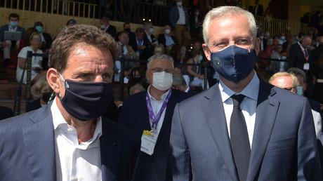 Le ministre français de l'Economie et des Finances Bruno Le Maire (à droite) est accueilli par le président du Medef Geoffroy Roux de Bezieux à l'ouverture de la réunion annuelle d'été du Medef à l'hippodrome de Longchamp à Paris, le 25 août 2021.