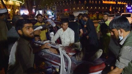 Des volontaires et du personnel médical amènent un homme blessé sur une civière pour qu'il soit soigné après deux puissantes explosions à l'aéroport de Kaboul (image d'illustration).