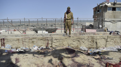 Un combattant Taliban monte la garde sur le site de l'attentat du 26 août, à l'aéroport de Kaboul, le 27 août 2021.
