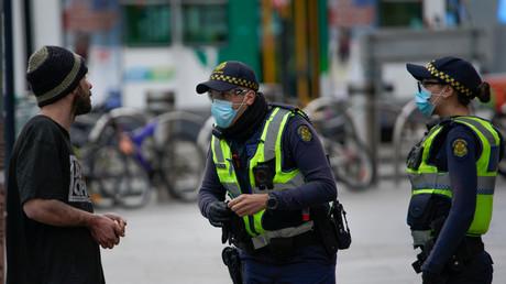 Des policiers patrouillent dans une rue de Melbourne, le 23 juillet 2020. (Image d'illustration)