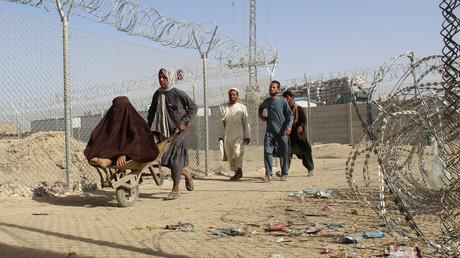Des Afghans serpentent le long d'un corridor vers la frontière pakistanaise le 27 août 2021 (image d'illustration).