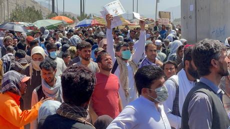 L'UE craint un afflux massif de migrants afghans. Ici, des Afghans tentent d'accéder à l'aéroport de Kaboul, le 26 août 2021 (image d'illustration).