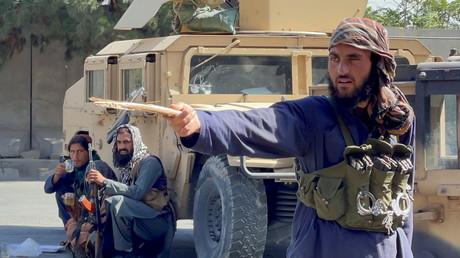 Des Taliban filtrent la circulation autour de l'aéroport de Kaboul, le 27 août 2021 (image d'illustration).