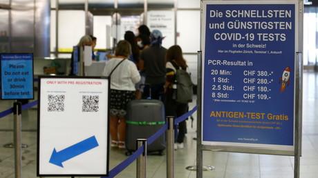 Une file de tests pour le Covid-19 et une autre pour les QR codes à l'aéroport de Zurich, en Suisse, le 10 juillet 2021 (image d'illustration).