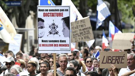 Un manifestant à Paris le 21 août 2021.