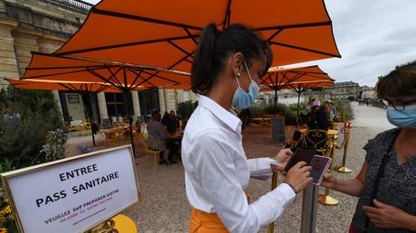 Une restauratrice vérifie le passeport sanitaire d'un client à Bordeaux, le 18 août 2021.