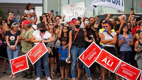 Les manifestants contre le Premier ministre libéral du Canada, Justin Trudeau, dont le meeting a été annulé en raison de problèmes de sécurité, à Bolton, Ontario, Canada, le 27 août 2021 (image d'illustration).