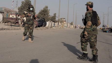 Des Taliban gardent une rue menant à l'aéroport de Kaboul, en Afghanistan, le 29 août 2021 (image d'illustration).