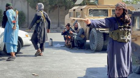 Des Taliban autour de l'aéroport de Kaboul, en Afghanistan, le 27 août 2021 (image d'illustration).