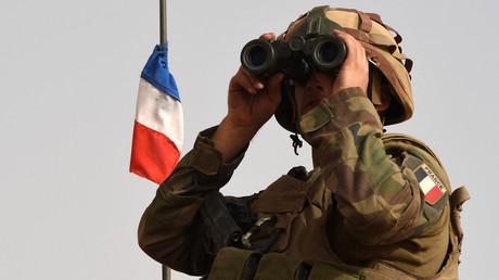 Un soldat français de l'opération Barkhane en patrouille près de Tombouctou (Mali), juin 2015