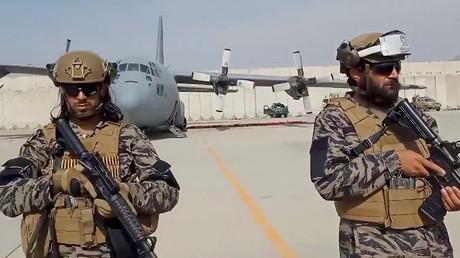 Membre de l'unité Badri 313 des Taliban équipés d'armes américaines à l'aéroport de Kaboul le 31 août.