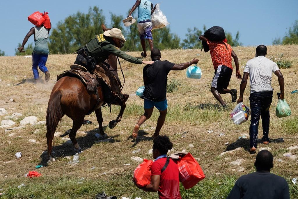 Des clichés de gardes-frontières américains repoussant des migrants suscitent un tollé
