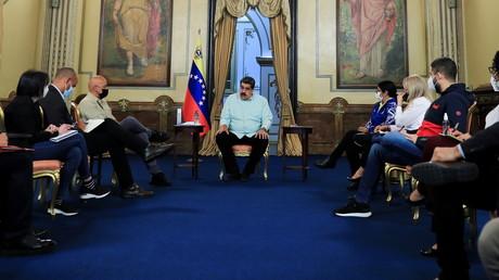 Le président vénézuélien Nicolas Maduro rencontre les négociateurs du gouvernement se rendant au Mexique pour le lancement d'un deuxième cycle de pourparlers avec l'opposition, au palais de Miraflores à Caracas, Venezuela, le 2 septembre 2021.