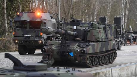 Si l'UE évoque l'idée d'une force de défense commune, le projet est encore loin de se concrétiser (image d'illustration : des chars de l'armée allemande à la base militaire de Bergen en février 2020).