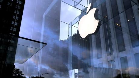 Le logo d'Apple à l'entrée du magasin situé sur la Cinquième avenue, à New York, le 16 octobre 2019.