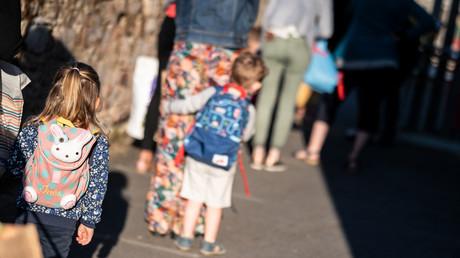 Des parents et leurs enfants devant une école à Lavau-sur-Loire, le 2 septembre 2021 (image d'illustration)