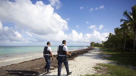 Des policiers français patrouillent sur la plage des Salines à Le Gosier (Guadeloupe), le 20 mars 2020.