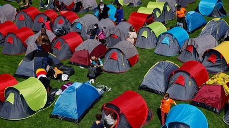 Des sans-abri, dont de nombreux migrants, dans le parc André-Citroën, près de la préfecture de région Ile-de-France, le 1er septembre 2021, à Paris (illustration).