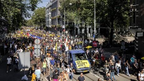 «Apartheid médical» : des milliers de personnes défilent à Amsterdam contre les mesures sanitaires