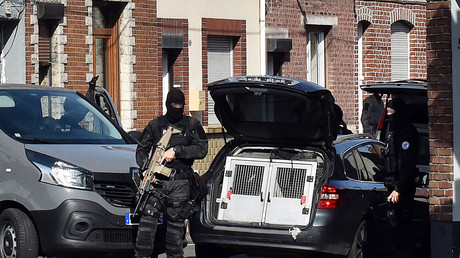 Des policiers d'une unité antiterroriste et de la DGSI mènent une opération antiterroriste, le 5 juillet 2017 à Wattignies, dans le nord de la France (image d'illustration).