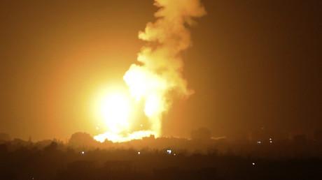 Une boule de feu s'élève vers le ciel après une frappe aérienne de l'armée israélienne à Khan Younes dans le sud de la bande de Gaza, le 6 septembre 2021.