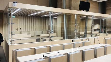 Dans la nouvelle salle d'audience prévue pour 500 personnes, le box des accusés au procès du 13-Novembre, Palais de Justice de Paris (RT France).