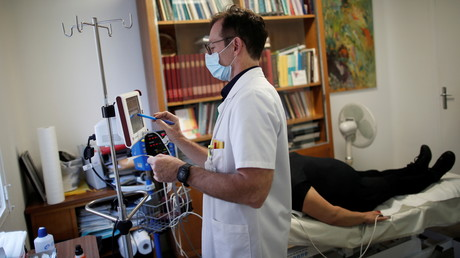 Un médecin et sa patiente à l'hôpital Foch de Suresnes, près de Paris, France, le 8 décembre 2020. (Image d'illustration)